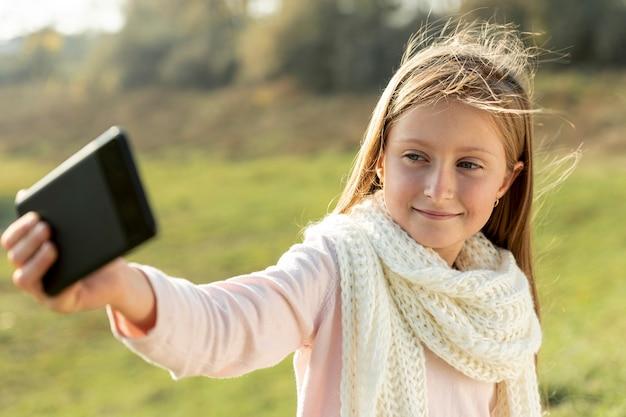 Reizendes blondes mädchen, das ein selfie nimmt Kostenlose Fotos