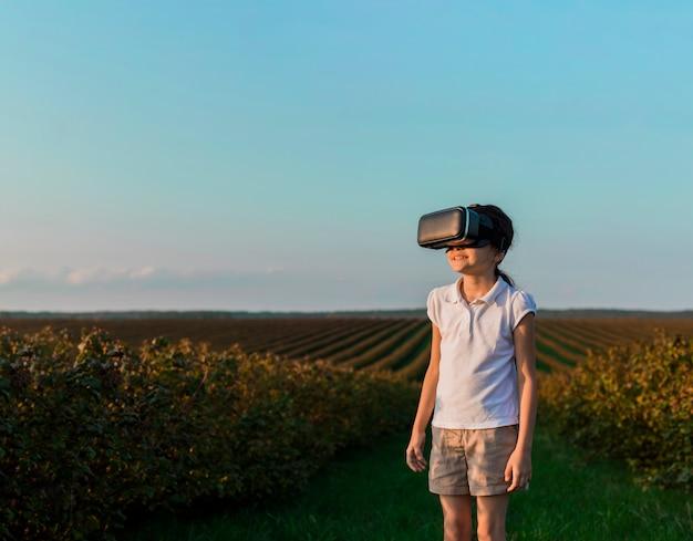 Reizendes kleines mädchen, das spaß mit gläsern der virtuellen realität hat Kostenlose Fotos