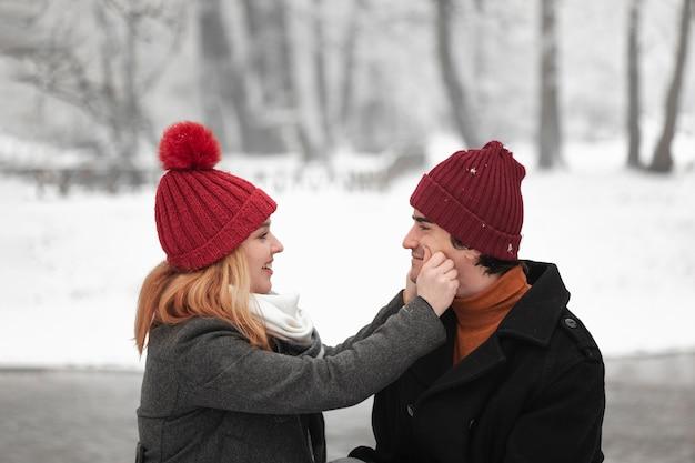 Reizendes paar, das zusammen draußen glücklich ist Kostenlose Fotos