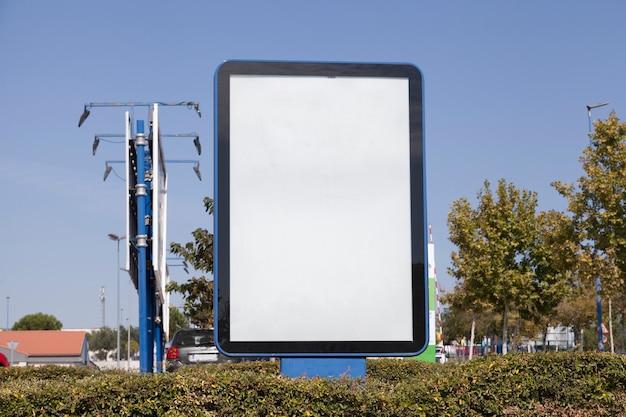 Reklametafel in der hecke Kostenlose Fotos