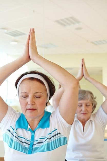 Relaxed damen yoga-übungen Kostenlose Fotos