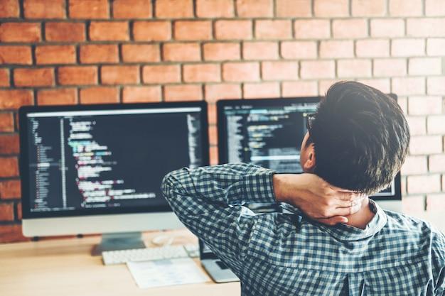 Relaxing programmer entwickeln entwicklung website-design und codierungstechnologien Premium Fotos