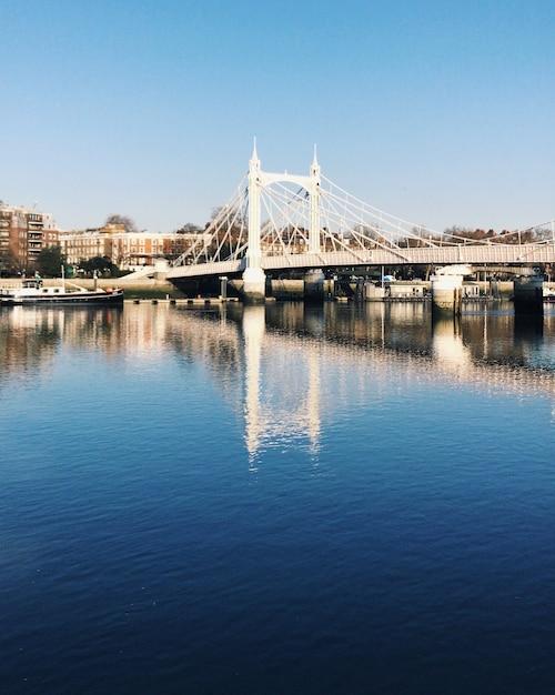 Relextion der albert bridge am fluss in der nähe des battersea park in london. Premium Fotos