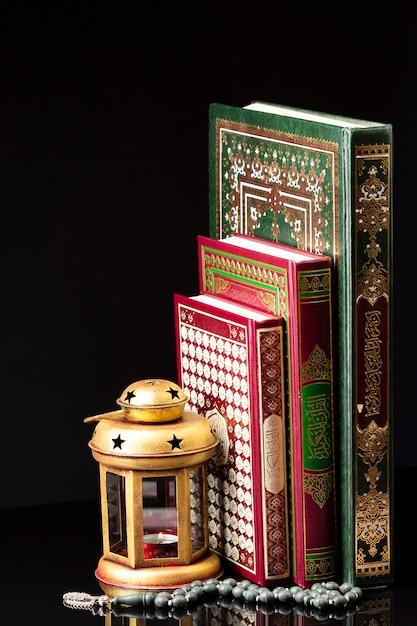 Religiöse arabische bücher mit spirituellen elementen Kostenlose Fotos