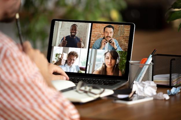 Remote-meeting. mann, der von zu hause während des coronavirus- oder covid-19-quarantäne-, fernbürokonzepts arbeitet. Kostenlose Fotos