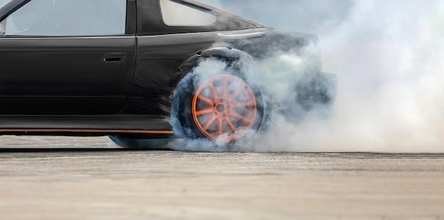 Renndrift brennende reifen auf der rennstrecke Premium Fotos