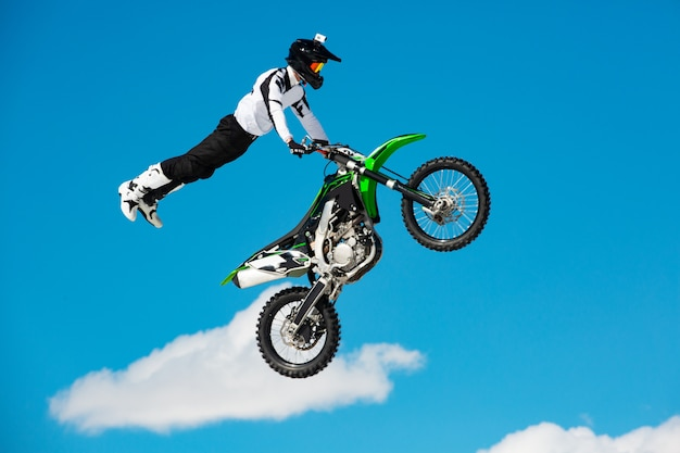 Rennfahrer auf motorrad nimmt am motocross-crosslauf im flug teil Premium Fotos