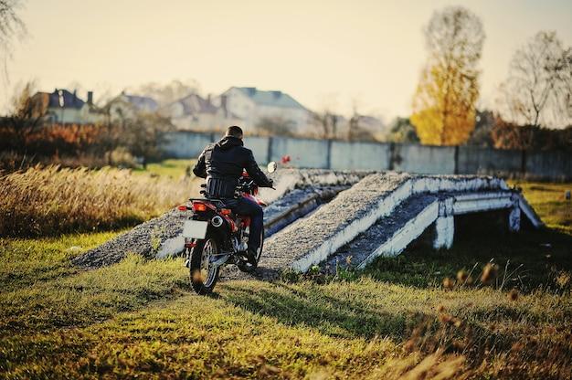 Rennfahrer sitzt auf seinem motorrad Premium Fotos
