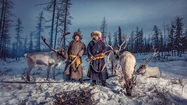 Rentier-hirten-camp im hintergrund in der nähe der russischen grenze in der taiga, mongolei Premium Fotos