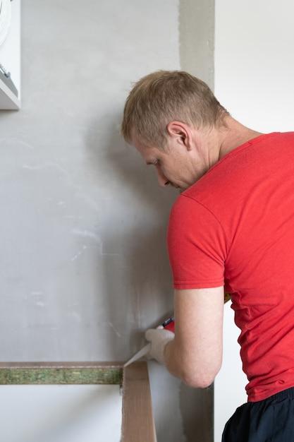 Reparatur und dekoration. der meister stellt die spüle in die küche Premium Fotos