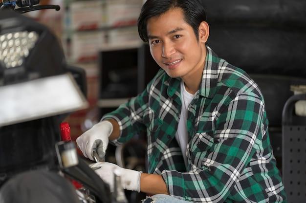 Reparatur und maßgeschneiderte motorräder Premium Fotos