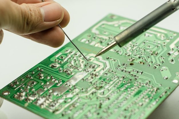 Reparatur von elektronischen geräten, zinnlötteilen Premium Fotos