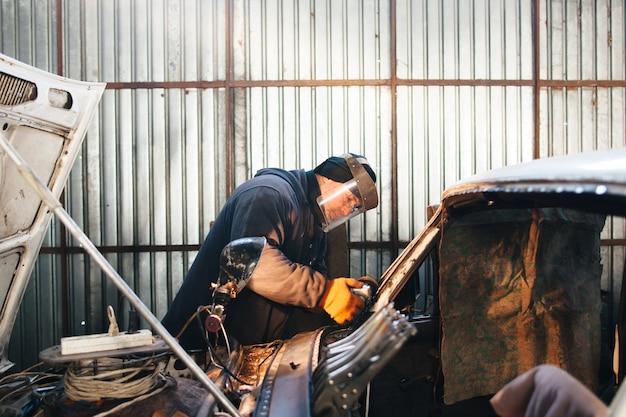 Reparaturservice altes beschädigtes auto Premium Fotos