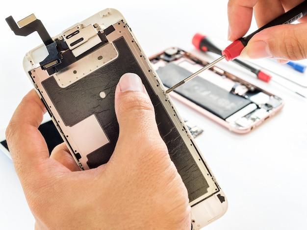 Reparieren sie gebrochenen smartphone auf weißem hintergrund Premium Fotos