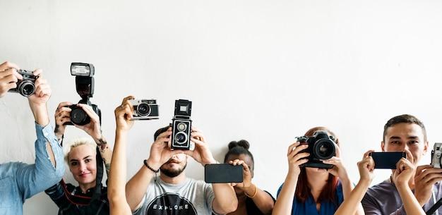 Reportage, die eine recorderausrüstung in einer zeile hält Premium Fotos