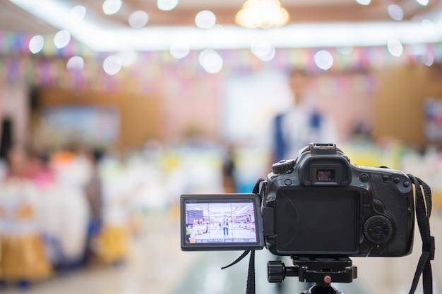 Reporter auf videokamera, camcorder-interviews, operator, der für plattensprecher oder moderator arbeitet Premium Fotos
