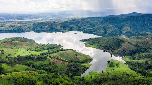 Reservoir im tal in der draufsicht der regenjahres-luftaufnahme vom brummen Premium Fotos