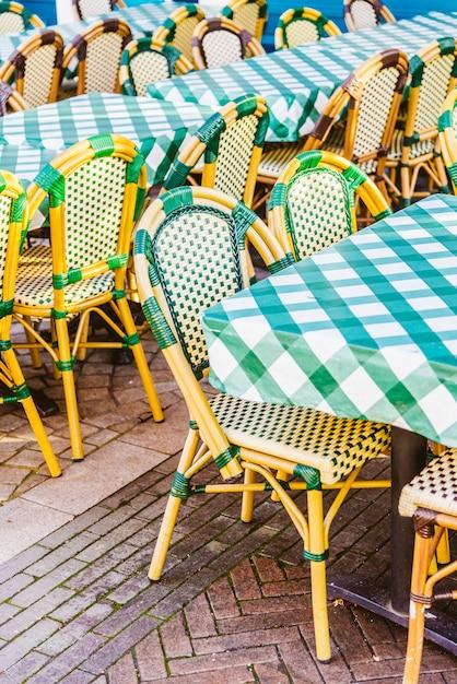 Restaurant im freien mit tisch und stuhl Kostenlose Fotos