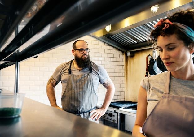 Restaurant küchenpersonal bereiten sich auf die arbeit vor Premium Fotos