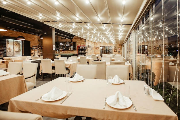 Restauranthalle mit viel tisch Kostenlose Fotos