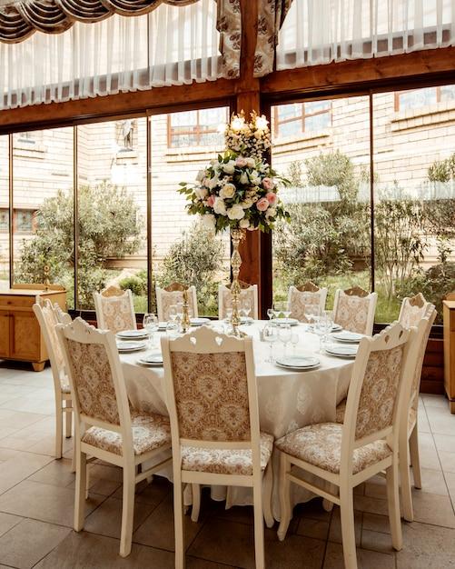 Restauranthalle und tisch mit blumen verziert Kostenlose Fotos