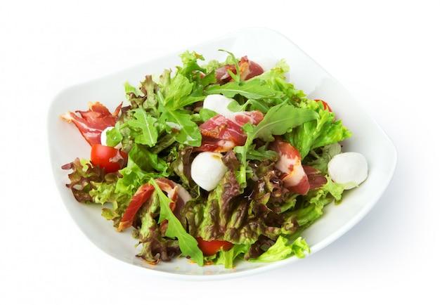 Restaurantlebensmittel lokalisiert - salat mit schinken jamon und mozzarella Premium Fotos