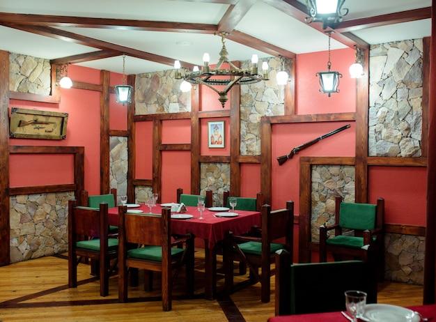 Restaurantzimmer mit waffen an der wand Kostenlose Fotos