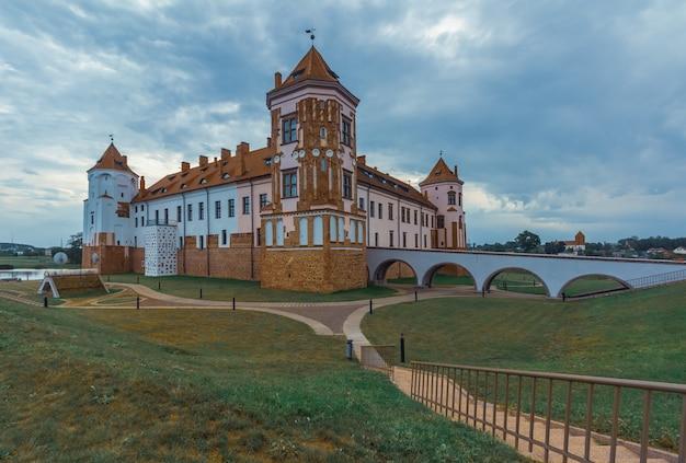 Restaurierte burg in der belarussischen stadt mir. sommerlandschaft mit architektur Premium Fotos