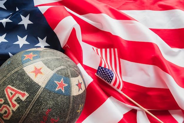 Retro basketball auf zerknitterter amerikanischer flagge Kostenlose Fotos
