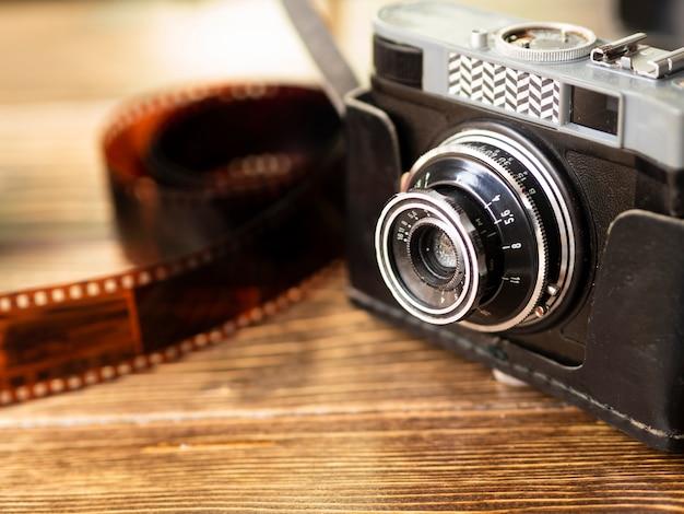 Retro- fotokamera der nahaufnahme mit film Kostenlose Fotos