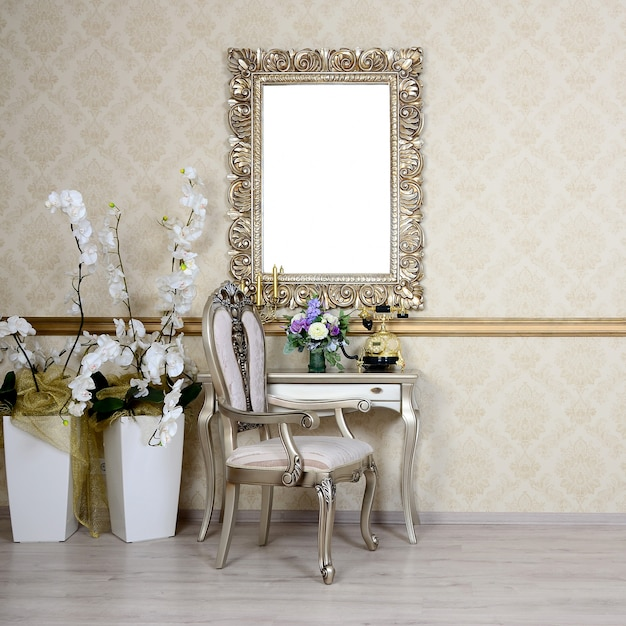 Retro-interieur mit stuhl und tisch, auf dem sich ein telefon und eine vase mit blumen befinden Premium Fotos