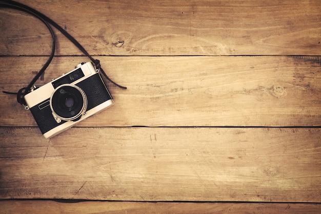 retro kamera auf holz tisch hintergrund vintage farbton download der premium fotos. Black Bedroom Furniture Sets. Home Design Ideas