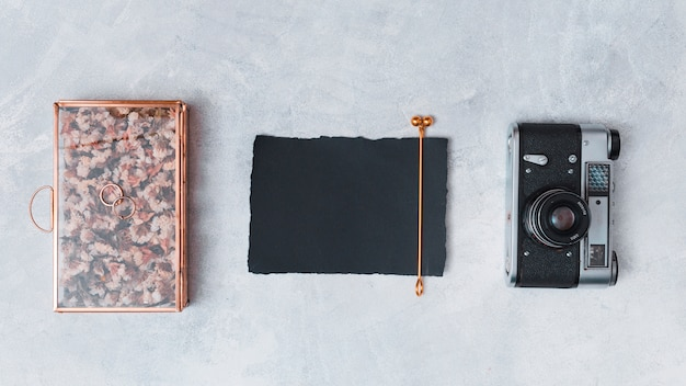 Retro kamera nahe dunklem papier und kreativer kasten Kostenlose Fotos