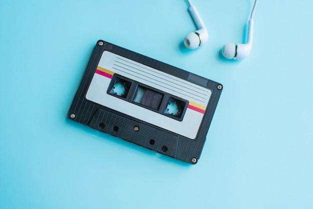Retro kassette auf blau und rosa Premium Fotos