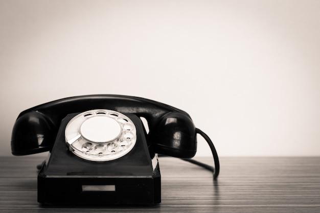 Retro telefon auf dem tisch Premium Fotos
