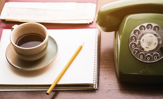 Retro telefon, notebook und kaffeetasse Kostenlose Fotos