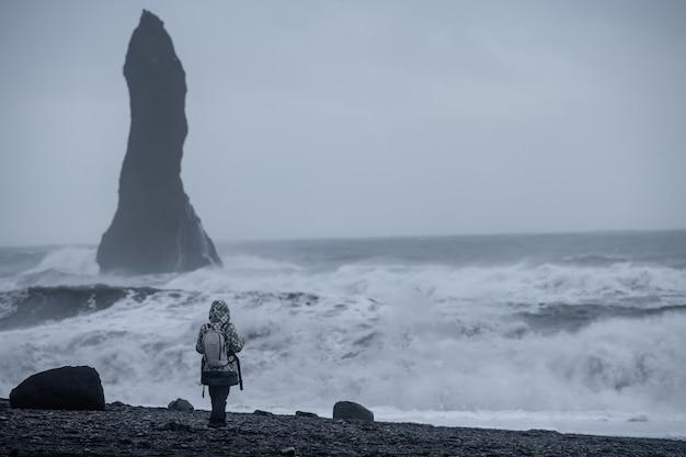 Reynisfjara schwarzer sandstrand in vik, island Premium Fotos