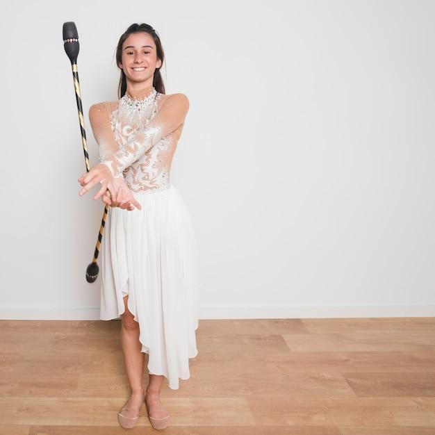 Rhythmischer turner, der mit den jonglierenden vereinen aufwirft Kostenlose Fotos