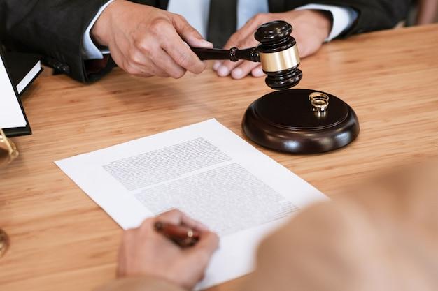 Richterhammer, der auf unterscheidende papiere der ehescheidung entscheidet. anwalt Premium Fotos