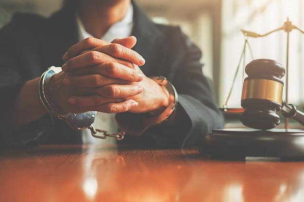 Richterhammer mit gerechtigkeitsrechtsanwalt in den handschellen, die sich traurig und betonen fühlen. Premium Fotos