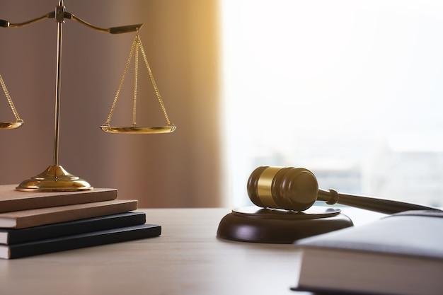 Richterhammer mit gerechtigkeitsrechtsanwaltarbeitsrichterkonzept Premium Fotos