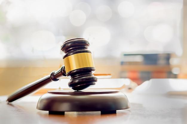 Richterhammer mit justizanwälten, die teambesprechung am hintergrund der kanzlei haben. rechtsbegriffe und juristische dienstleistungen. Premium Fotos