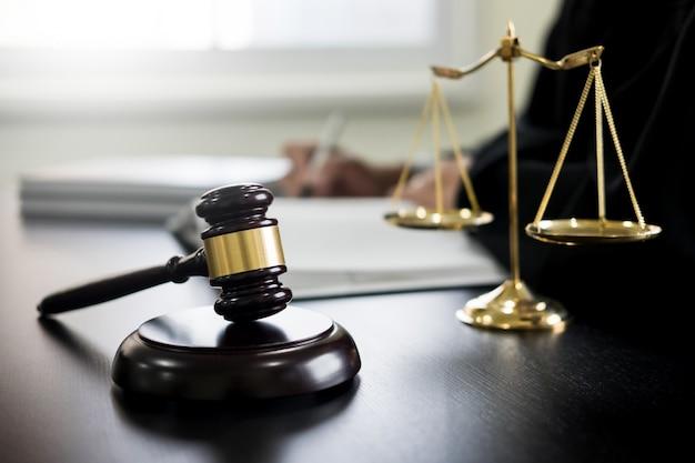 Richterhammer und balance of justice law Premium Fotos