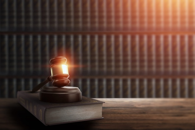 Richterhammer und ein buch auf einem holztisch Premium Fotos