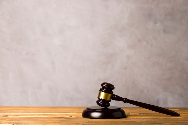 Richterhammer und schlagblock mit stuckhintergrund Premium Fotos