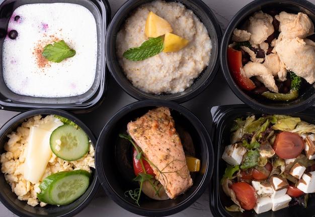 Richtige ernährung in plastikboxen Premium Fotos