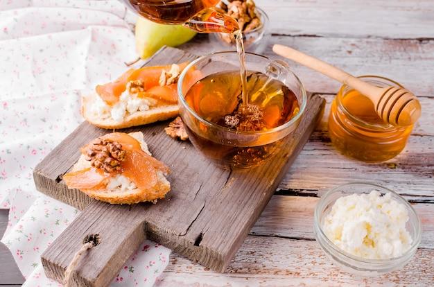 Ricotta-käse- und birnenmarmeladen-sandwiches Premium Fotos