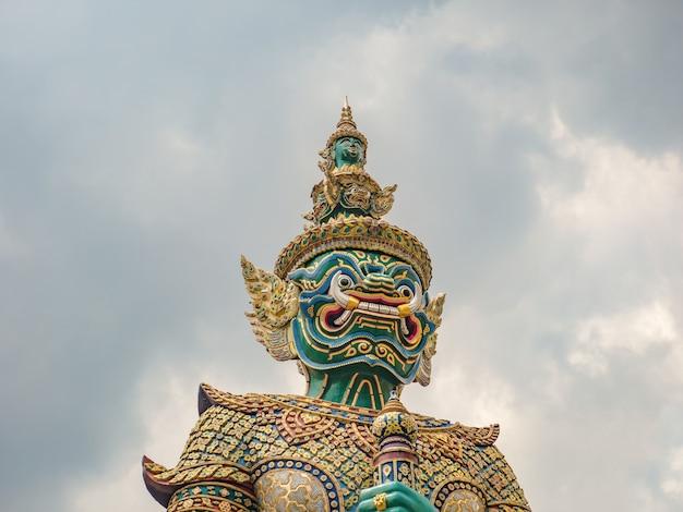 Riese die front des tors mit wolkenhimmel in wat phra bangkok tempel bangkok stadt thialand Premium Fotos