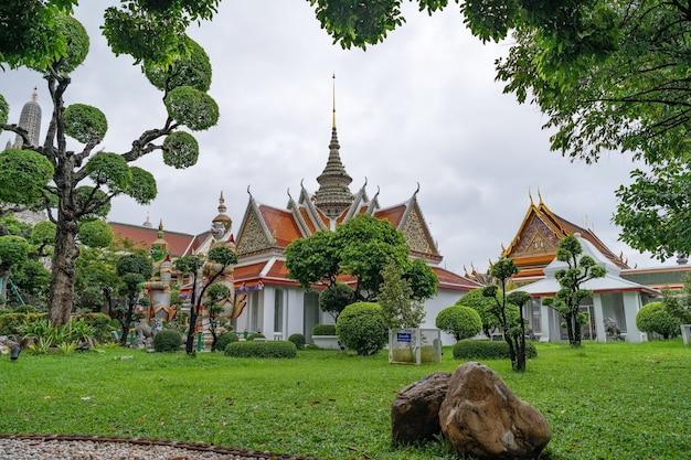Riesenfront der kirche am tempel wat arun ratchawararam in bangkok, thailand. Premium Fotos