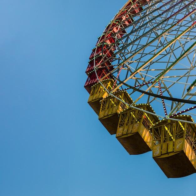 Riesenrad des niedrigen winkels mit blauem himmel Kostenlose Fotos
